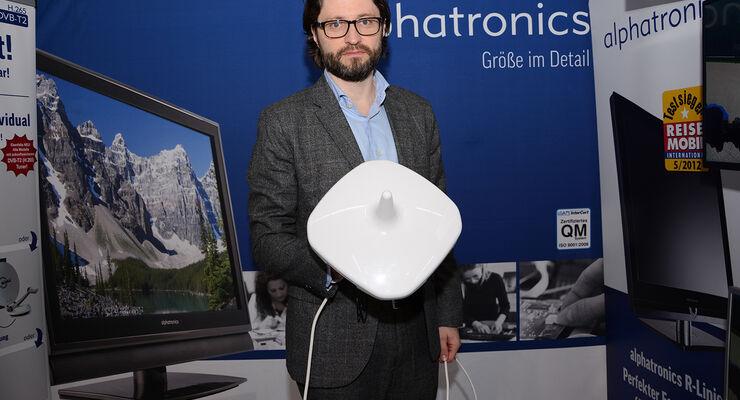 Alphatronics-Geschäftsführer Markus Schröder zeigt die neue Antenne AN 4 auf der Hausmesse bei Frankana Freiko.