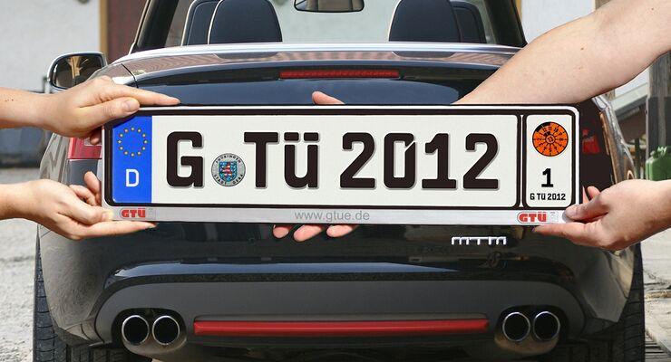 Autofahrer, die zwei Autos mit einem Wechselkennzeichen zulassen, erhalten bei einigen Kfz-Versicherern hohe Rabatte.