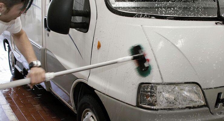 Bevor das Fahrzeug für längere Zeit abgestellt wird, ist eine gründliche Außen- und Innenreinigung sinnvoll