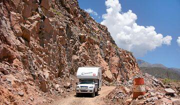 Cuesta de Miranda, Argentinien: Die Schotterpiste führt vorbei an imposanten Felsformationen.