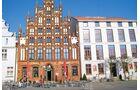 Das Giebelhaus am Markt von Greifswald ist besonders prächtig verziert