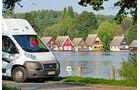 Das Reisemobil parkt direkt am Ufer des Mirower Sees.