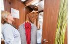 Der raumhohe Kleiderschrank laesst sich ganz nach Bedarf einteilen.
