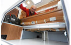 Die Laengsbanktruhe reicht bis in das grosse Doppelbodenfach.