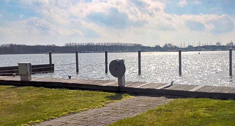 Die Niederlande bietet für Wassersportfans viele Möglichkeiten das Hobby auszuüben. Zum Beispiel von diesem Stellplatz aus.