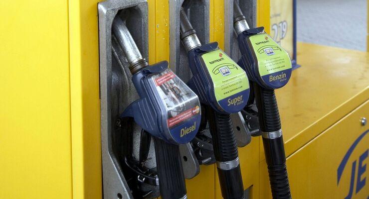 Die Spritpreise sind auch dank fallender Ölpreise erstmals seit Februar wieder unter die Marke von 1,50 Euro je Liter gerutscht