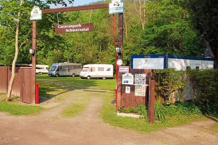 Die Stellplaetze auf der Anlage aehneln einem Campingplatz.
