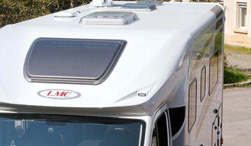 Elegant gerundete Dachkante, die planen Rahmen fenster kosten moderate 790 Euro Aufpreis.