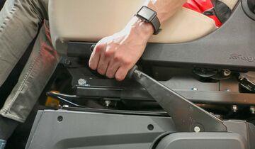 Erst mit aktivierter Feststellbremse ist das Reisemobil sicher auf den Keilen abgestellt.
