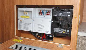 Fehlerstrom-Schutzschalter, Sicherungen und Ladegerät sind gut zugänglich in der Sitztruhe.