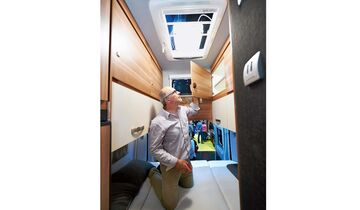 GfK-Hochdach im Reisemobil Weinsberg Carabus 601 MQH ermöglicht reichlich Stauraum im Heck