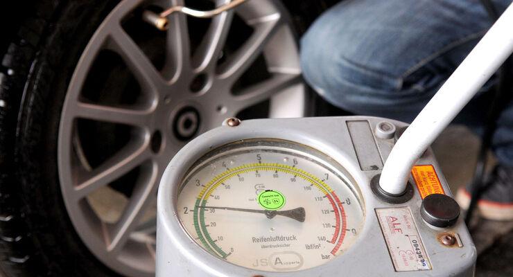 Hohe Kraftstoffpreise belasten die Reisekasse seit Jahren. Eines der besten Mittel dagegen ist der richtige Reifendruck. Dier Reifendruck ist außerdem auch für die Sicherheit wichtig.