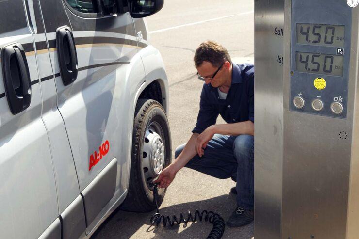 Sparsam fahren mit dem Wohnmobil: Der richtige Luftdruck für die Reifen