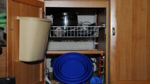 In den Faltmeier von Yachticon passen etwa sieben Liter Wasser, wenn er aufgefaltet ist. Zusammengefaltet ist das fünf Zentimeter hohe Stück klein genug, um in Schubladen oder Schränken verstaut zu werden.