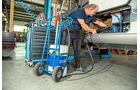 Ist alles sauber montiert und verkabelt, wird das System mit Hydrauliköl befüllt.
