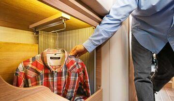 Kleiderschrank unterm Bett zerklüftet und schlecht zugänglich beim Adria Compact