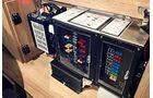 Lader, Spannungswandler und Sicherungskasten sauber installiert und vorbildlich erreichbar.