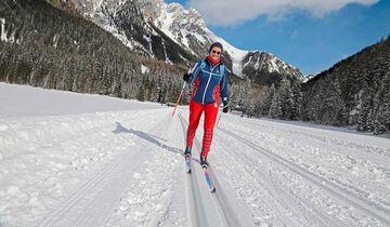 Loipe beim Biathlon-Stadion von Antholz führt über zugefrorenen See