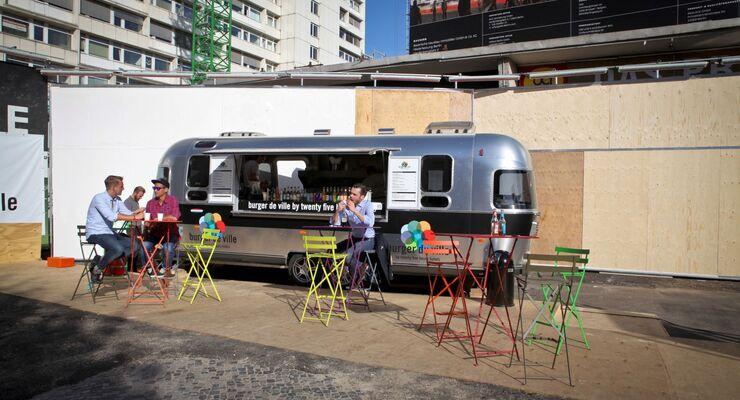 Mit dem Imbiss-Mobil Burger de Ville Airstream wird auf das im Herbst eröffnende 25hours-Hotel in Berlin aufmerksam gemacht.