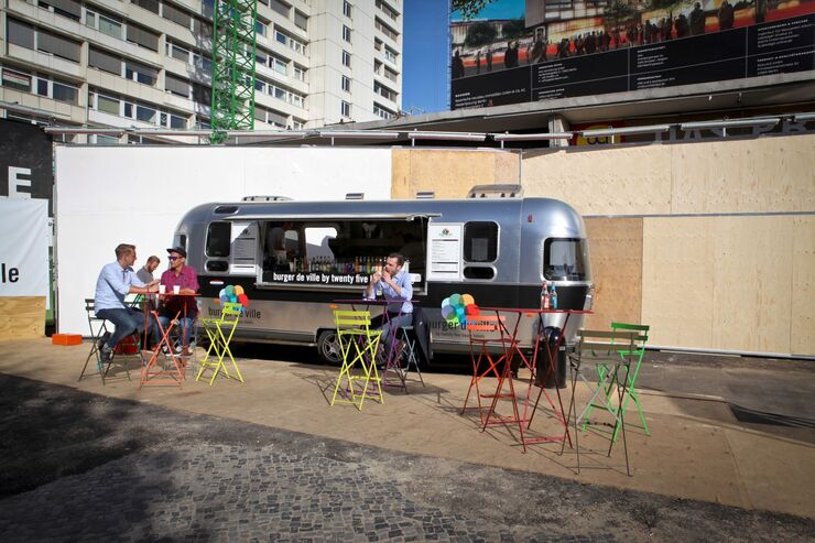 Airstream steht als imbiss mobil burger de ville in berlin for Trendige hotels in berlin