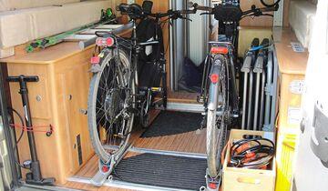 Perfekte Garage für den Fahrradtransport, hier mit entsprechenden Bodenhalterungen.