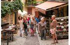 Romantisch verwinkelte Gassen mit schönen Shops und Cafés in der Altstadt von Malcésine.